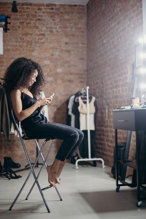Kostenloses Stock Foto zu afro-haar, beschäftigt, drinnen