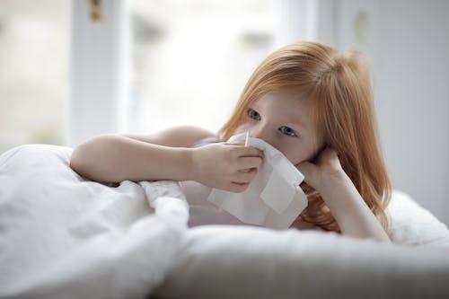 吹, 女孩, 室內, 床 的 免费素材照片