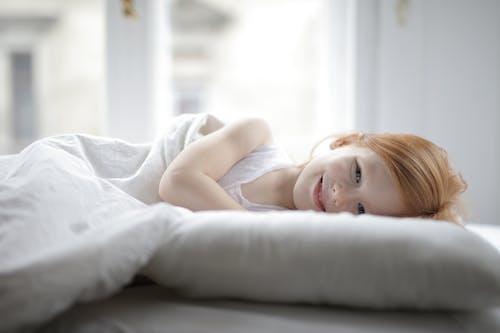 Gratis stockfoto met aanbiddelijk, aantrekkelijk mooi, bed, bedtijd