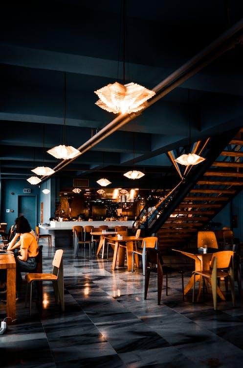 Trendy Interieur Van Café Met Creatieve Lampen En Houten Meubilair