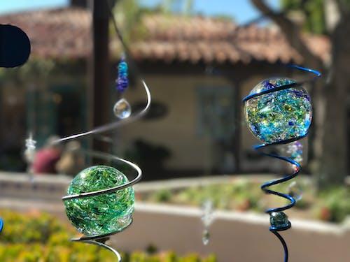 丸い青と緑のガラスの装飾