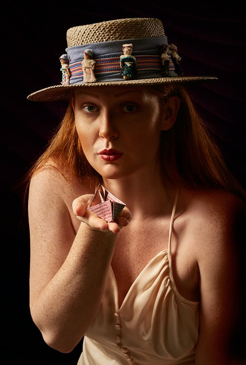 태양 모자를 쓰고있는 여자의 사진
