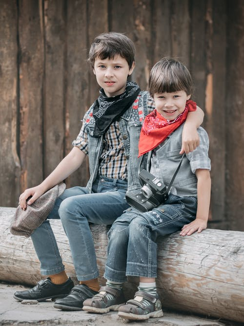Foto De Niños Sentados Uno Cerca Del Otro