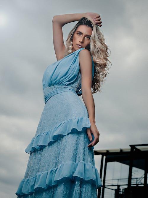 Gratis stockfoto met aanlokkelijk, aantrekkelijk, aantrekkingskracht, blauwe jurk