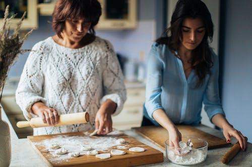 Foto profissional grátis de comida russa, comida tradicional, mãe e filha, pelmeni