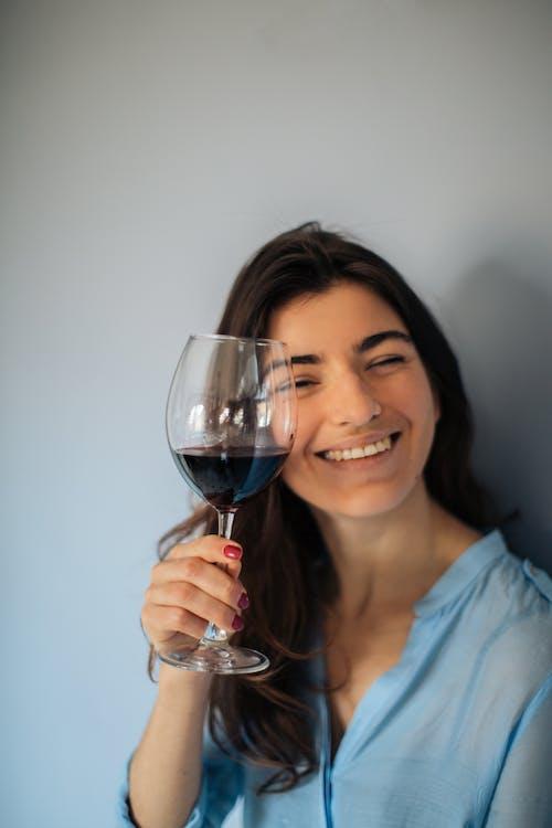 Foto profissional grátis de álcool, bebida alcoólica, copo de vinho, descanso