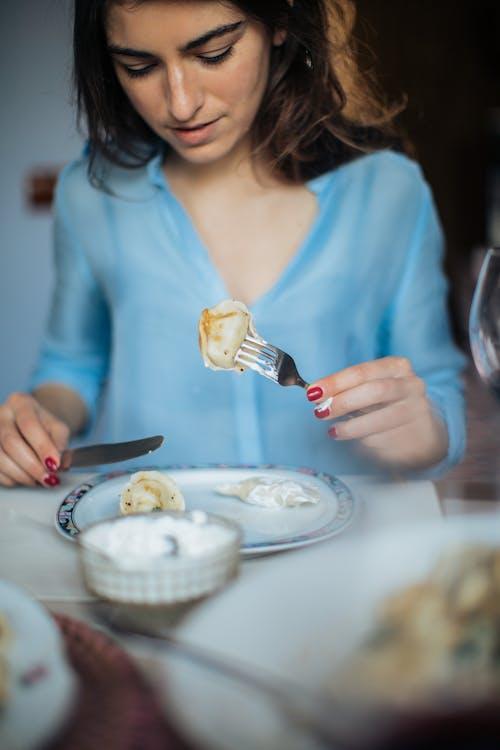 Gratis lagerfoto af bestik, kniv, Køkkengrej, kvinde