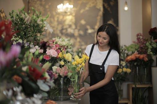 女人, 微笑, 插花, 漂亮 的 免費圖庫相片