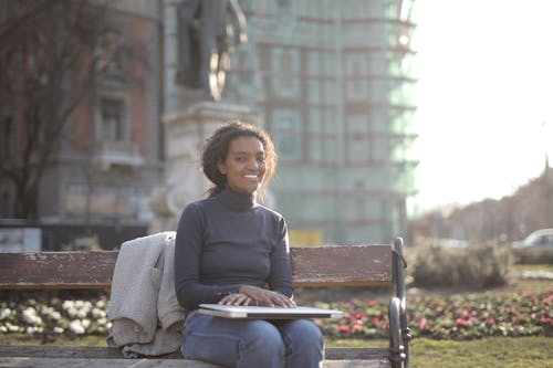 便利, 坐下, 女人, 微笑 的 免費圖庫相片