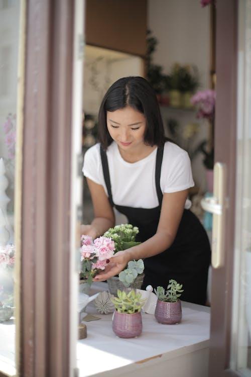 一束花, 一束鮮花, 圍裙, 女人 的 免費圖庫相片