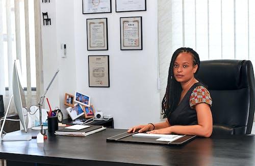 Gratis stockfoto met Afrikaans, bureau, gekleurde vrouw, kantoor