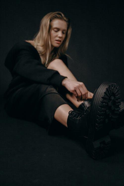 Kostenloses Stock Foto zu blondes haar, dunkel, fashion, frau