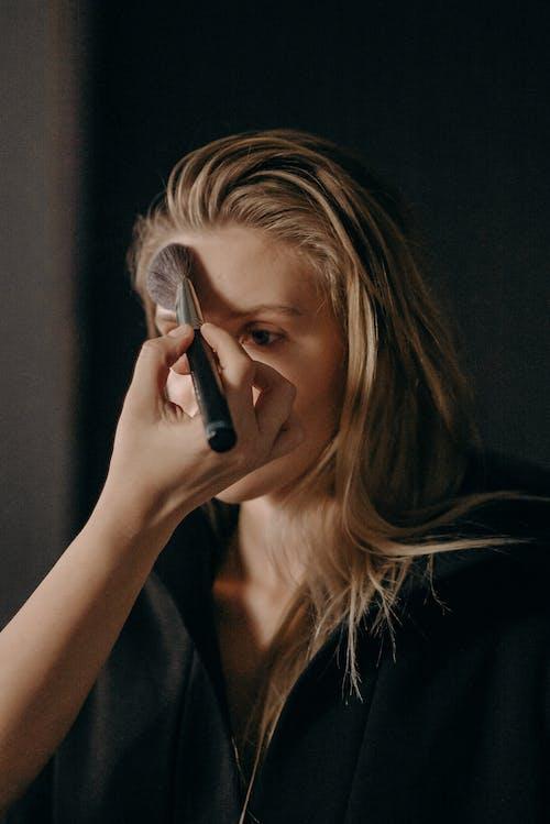 Бесплатное стоковое фото с блондинка, женщина, за кулисы