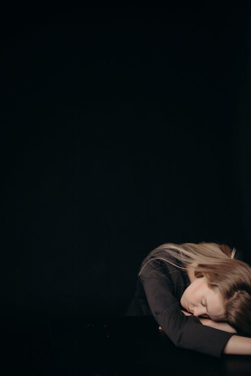 Photos gratuites de arrière-plan noir, blond, dormir, femme