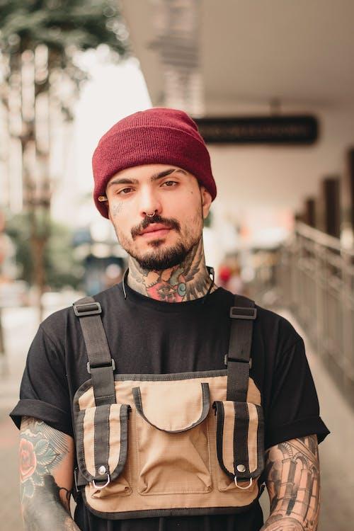 คลังภาพถ่ายฟรี ของ tattoed, กลางวัน, กลางแจ้ง, การจัดวาง