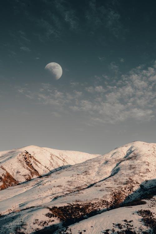 Luna Sopra La Montagna Dalle Vette Innevate
