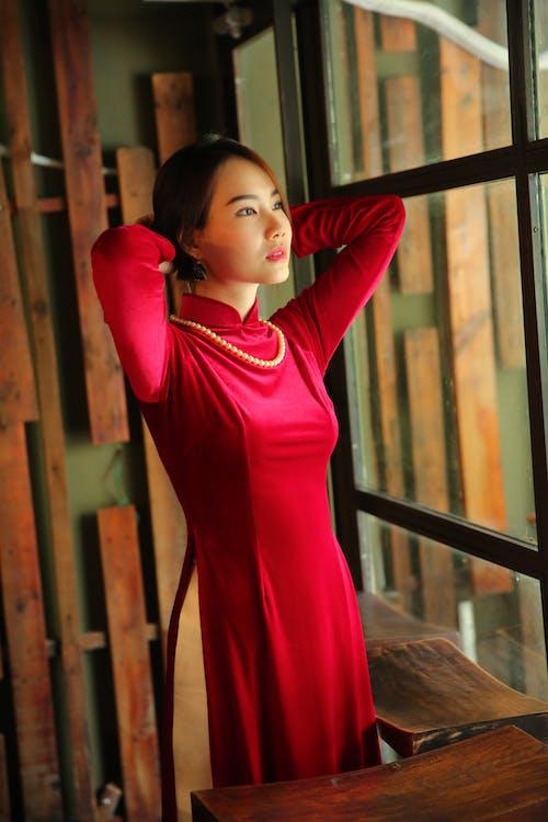 Gratis stockfoto met andere kant op kijken, Aziatische persoon, Aziatische vrouw, binnenshuis