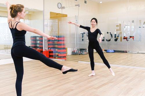 Fotos de stock gratuitas de adentro, bailando, bailar, bailarinas