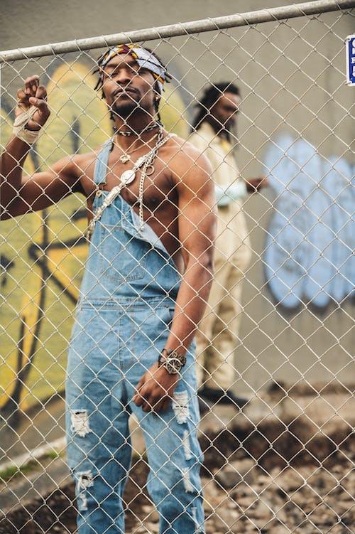 Ingyenes stockfotó afro-amerikai férfi, akadály, drótháló, drótkerítés témában