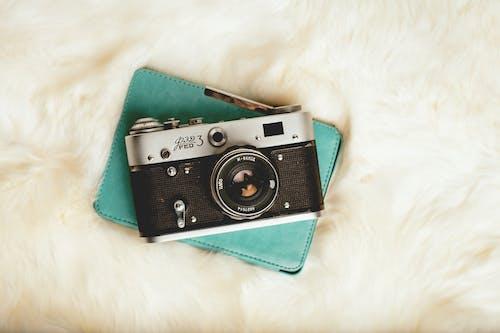 黑色和银色相机
