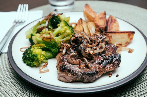 Darmowe zdjęcie z galerii z barbecue, brokuły, cebule, danie