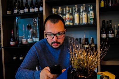 adam, aşındırmak, bar, bardak içeren Ücretsiz stok fotoğraf