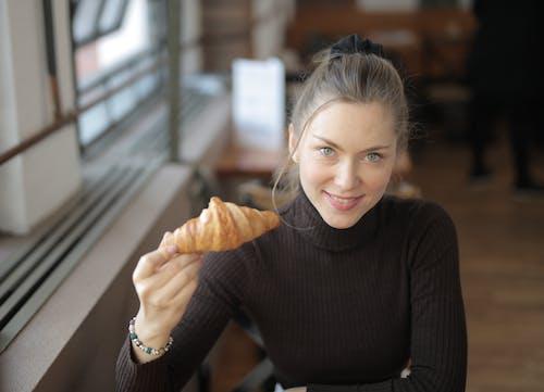 人, 女人, 微笑, 牛角麵包 的 免费素材图片