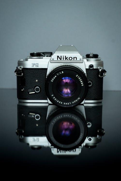 черно серебристый фотоаппарат Nikon