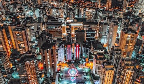 夜間の都市の建物の航空写真