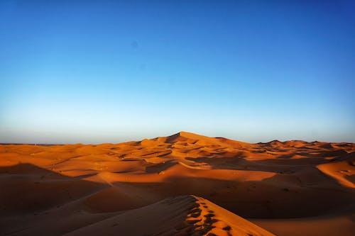 青い空の下の茶色の砂