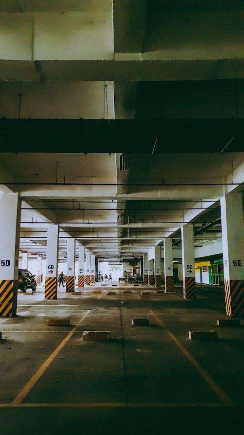 Бесплатное стоковое фото с автостоянка, архитектура, в помещении