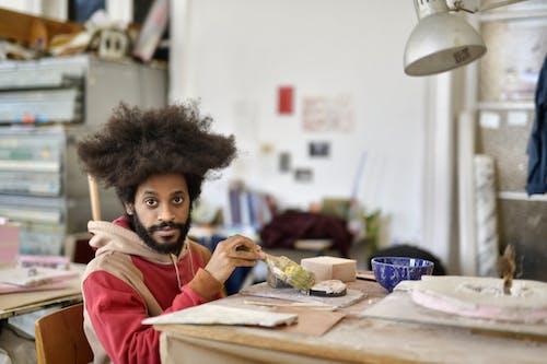 Základová fotografie zdarma na téma afro vlasy, černoch, chloupky na obličeji, dřevo