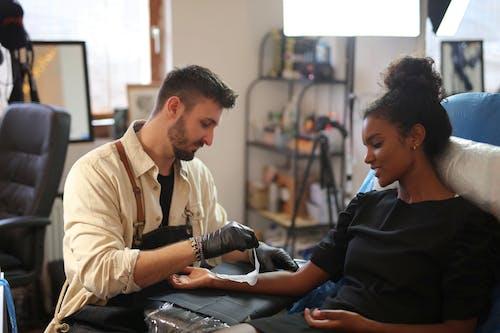 Gratis stockfoto met artiest, binnen, diversiteit, gekleurde vrouw