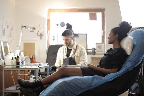 Бесплатное стоковое фото с артист, в помещении, женщина, комната
