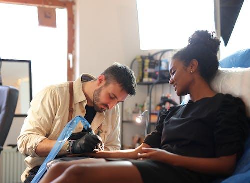 Foto profissional grátis de artista, atenção, caneta de tatuagem, cômodo