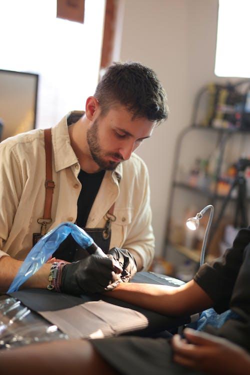 가벼운, 남자, 문신 펜, 방의 무료 스톡 사진