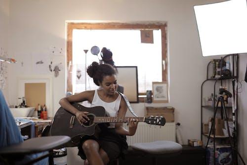 Darmowe zdjęcie z galerii z akustyczny, czarna kobieta, gitara