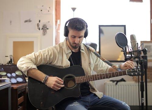 Gratis lagerfoto af akustisk, akustisk guitar, guitar, hovedtelefoner