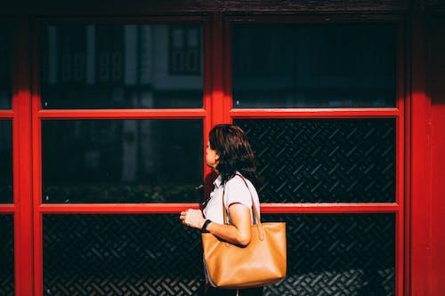 Kostnadsfri bild av gata, handväska, röd