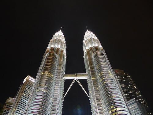 akşam, aydınlatılmış, binalar, cephe içeren Ücretsiz stok fotoğraf
