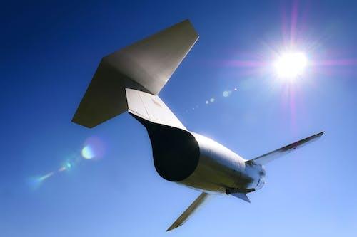 Darmowe zdjęcie z galerii z błękitne niebo, myśliwiec, słońce
