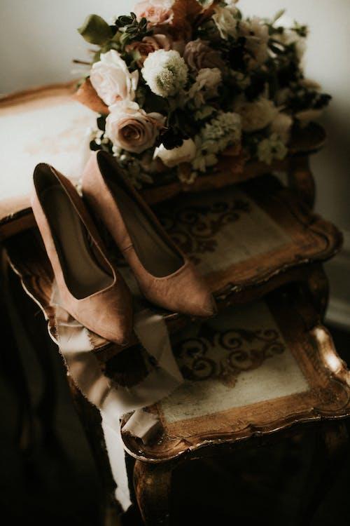 Букет цветов и обуви на столе