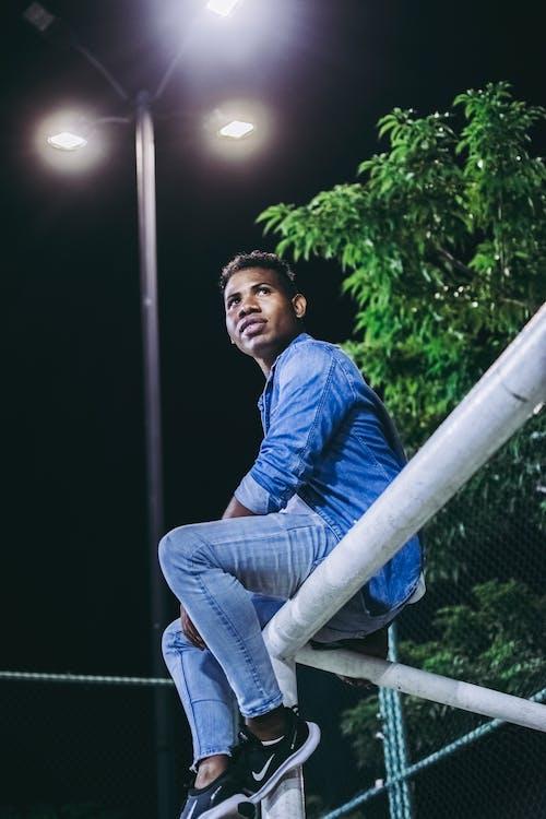 Ảnh lưu trữ miễn phí về cậu bé da đen, công viên trượt băng, đèn nền, màu xanh da trời