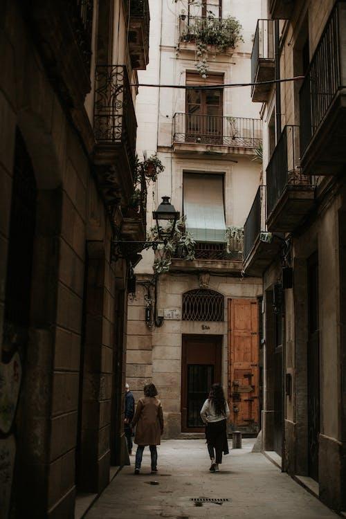 adım atmak, arka sokak, ayak basmak, balkonlar içeren Ücretsiz stok fotoğraf