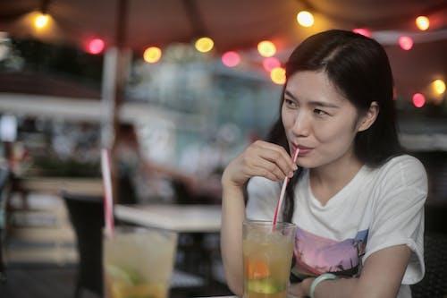 Kostenloses Stock Foto zu asiatische frau, bar, bokeh