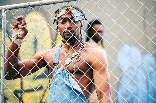 金網フェンスを握っている男の写真