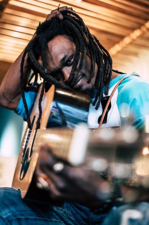 Foto Des Mannes, Der Gitarre Hält