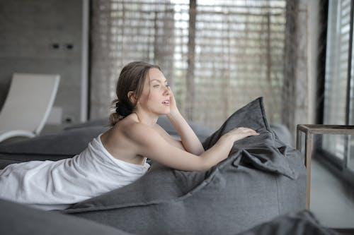 Gratis lagerfoto af afslapning, afslappende, alene, dækket