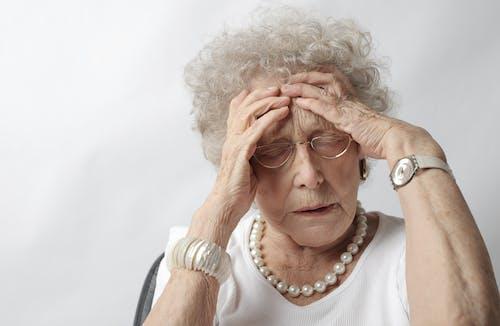Kostnadsfri bild av äldre, ångest, ansikte