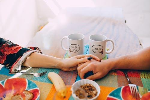 손, 손을 잡고, 술, 아침 식사의 로열티 프리 이미지
